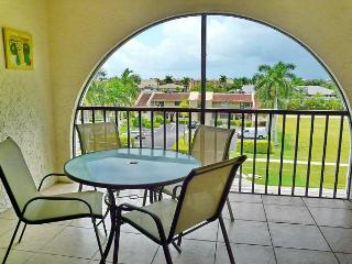 Cozy condo in luxurious waterfront community w/ short walk to Olde Marco