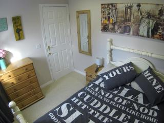 Small Double Room in Family Home, Swindon