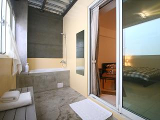 En-suite Double Bedroom 30secs to MRT, Kaohsiung