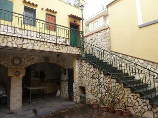 CHARMING near station, close to AMALFI COST,POMPEI, Salerno