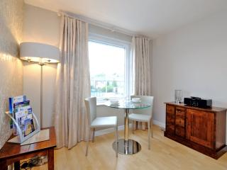 Fonthill Luxury Apartment - quiet central area with free parking