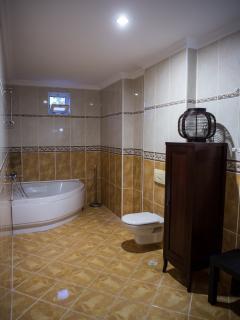 En-suite bathroom to bedroom 4.