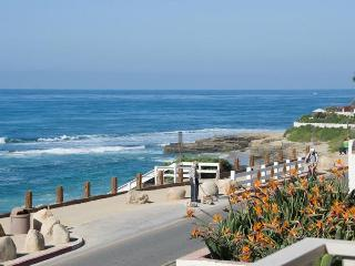 Oceanfront home w/ balcony & views of the Windansea surf!