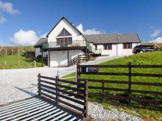 ASKIVAL, detached, woodburning stove, WiFi, harbour and mountain views, in Elgol