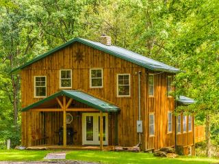 OVR's Lodge on Stony Creek! Warm and authentic MOUNTAIN LODGE! Hot Tub!, Farmington