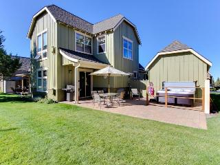 Gorgeous home w/ private hot tub, a shared pool &  on-site tennis and golf!