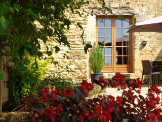 Close to Sarlat, barn conversion, pool, views, large gardens great location WIFI, Sarlat-la-Caneda