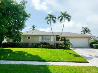 Ideally located house w/ huge heated pool & short walk to the beach