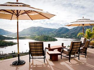 Stunning dog-friendly villa w/lake views, private hot tub & pool and game room!, Escondido