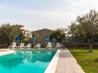 VILLA CARRUBBO near the beach with pool & wi.fi, Avola