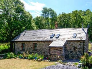 BYTHYN DDOL HAFOD, woodburner, quaint countryside location, pet-friendly