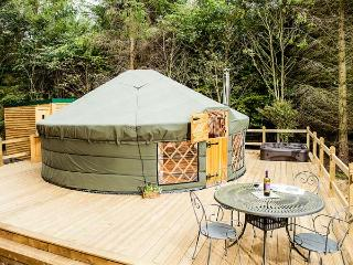 THE ROWAN YURT, wonderful romantic retreat, woodburner, hot tub, shared swimming