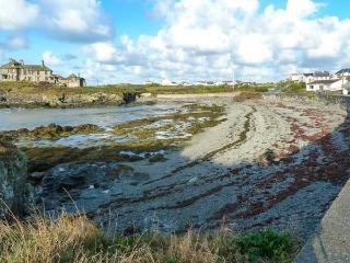 THE BEACH HOUSE, ground floor, detached cottage, hot tub, woodburner, Smart TV, sea views, in Trearddur Bay, Ref 914927