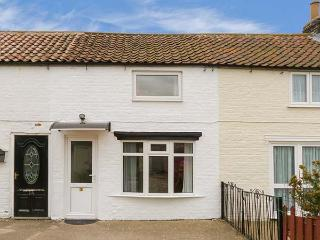 LADYBIRD COTTAGE, cosy, garden with furniture, close to amenities, good for walking, in Kilham, Ref 917375