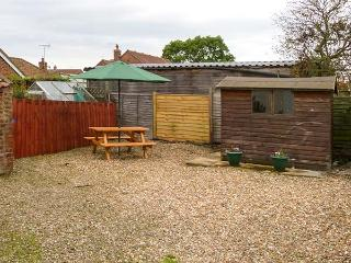 LADYBIRD COTTAGE, cosy, garden with furniture, close to amenities, good for walk