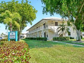 Perfectly located condo, a short walk from beach & restaurants, Marco Island