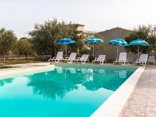 PINO-HOUSE near the beach with pool wi.fi