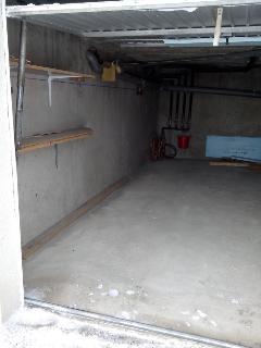 Grand garage au rez de chaussée de la résidence