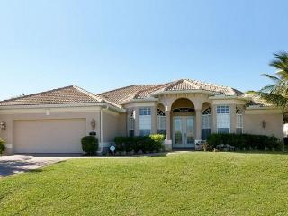 Cape Coral villa includes 3 stunning bedrooms- Beautiful swimming pool- BBQ- Pet friendly