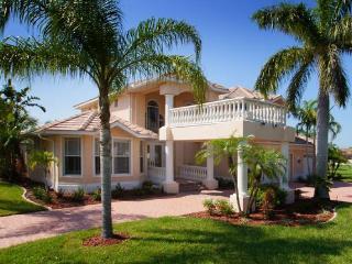 Amazing luxury villa-6 bedrooms-Pool-Circular driveway-Boat dock-Spectacular views-Pet friendly, Cape Coral