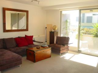 EVEST - Lovely and Generous Two Bedroom Apartment, Sídney
