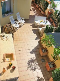 Terraza de 120m2 con barbacoa, jardín mediterráneo con riego automático. Tumbonas. Vistas abiertas.
