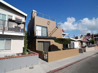 Contemporary Beach House Walk to the Beach! Amazing Rooftop Deck! (68220), Newport Beach