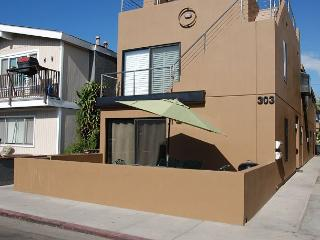 Contemporary Beach House Walk to the Beach! Amazing Rooftop Deck! (68220)