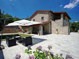 Splendid independent villa up to 12 people with heated pool and tennis court