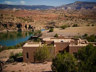 Abiquiu Lakefront Luxury Home on 22 Acs. Remote, WIFI, A/C, HotTub, Hike, Swim.