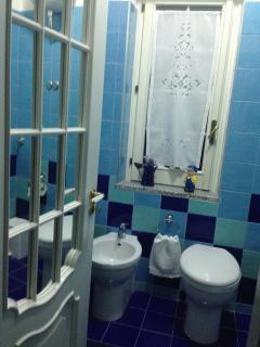 Piccolo ma grazioso il bagno della camera 'Le Genziane'.