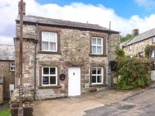 WALTON COTTAGE, feature stonework and beams, woodburning stove, WiFi, in Winster