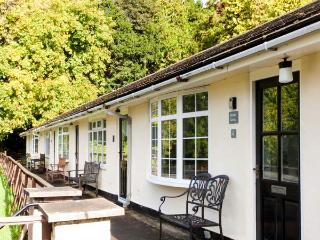PRIORY GHYLL, ground floor, social living space, lake views, direct shore access, near Windermere, Ref 916879