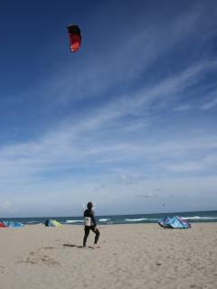 Le vent marin d'Octobre est propice au kitesurf.