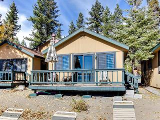 Cozy cottage steps from the beach & with a swimming pool!, Tahoe Vista