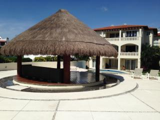Comfortable condo one block from the beach, Playa del Carmen