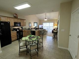 3 BR, 2 Bath Upper Level Condo on Table Rock Lake with Dock Access & NETFLIX, Ridgedale