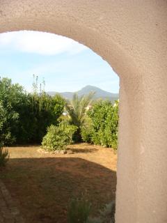vue du porche de la maison sur le jardin devant