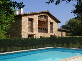 Restored Farmhouse, Spacious Pool , Lush Setting, Sales de Llierca