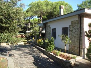 Charming Tuscan villa near the beach with terrace and private garden, sleeps 5