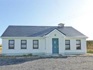 ATLANTIC VIEW, open fire and solid fuel stove, distant views, pet-friendly cottage near Ballycastle, Ref. 917392