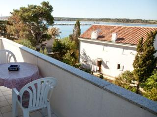 Mimi 5 - Apartment for 4 (2+2), 30m from sea, Novalja