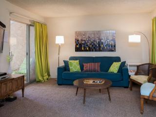 Relaxing 1BR Condo, Walk to Old Town Scottsdale!