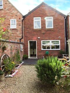 LITTLE NOO, charming terraced cottage, gardens, close to amenities, near Glouces
