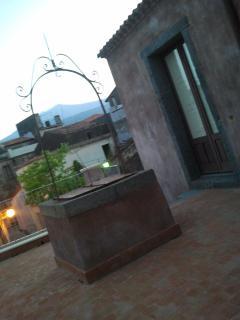 terrazzo di accesso all'abitazione con antico pozzo utilizzato per l'irrigazione del giardino