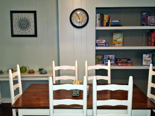 Dining room, with shelves for books, games and puzzles