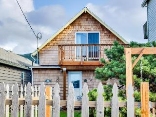 Dog-friendly cottage w/ private hot tub, close to the beach & downtown!, Rockaway Beach