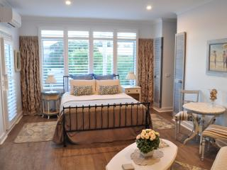 Sailaway Beach House ,Boutique Accommodation, in room double spa, 50 meters from the beach, Seaford