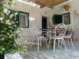 3 bedroom house with a private garden, Okrug Gornji
