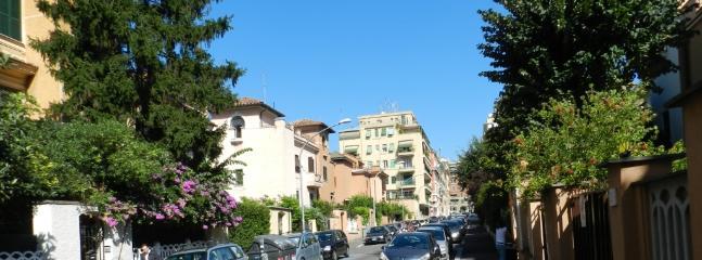 Via Pistoia : un angolo di verde al centro di Roma